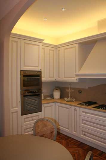 Cucina con verniciatura laccata con riquadri di colore diverso 3