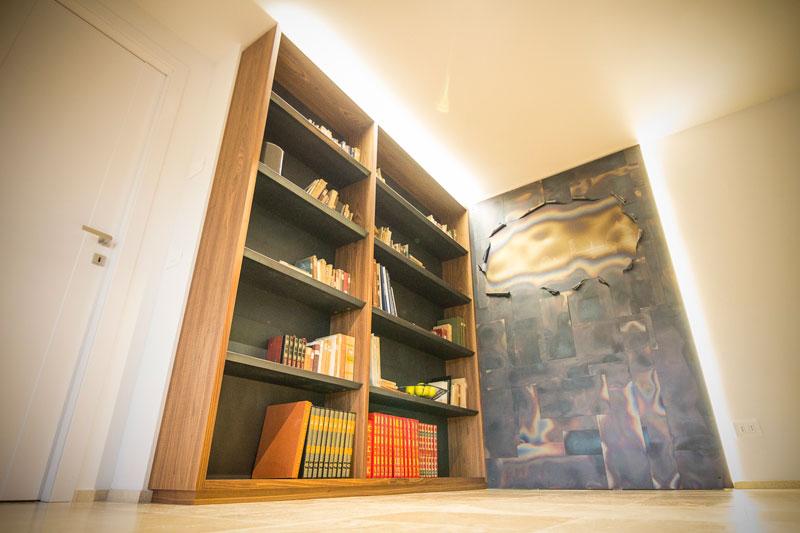 Libreria rivestita in lamiera