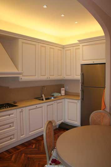 Cucina con verniciatura laccata con riquadri di colore diverso 4