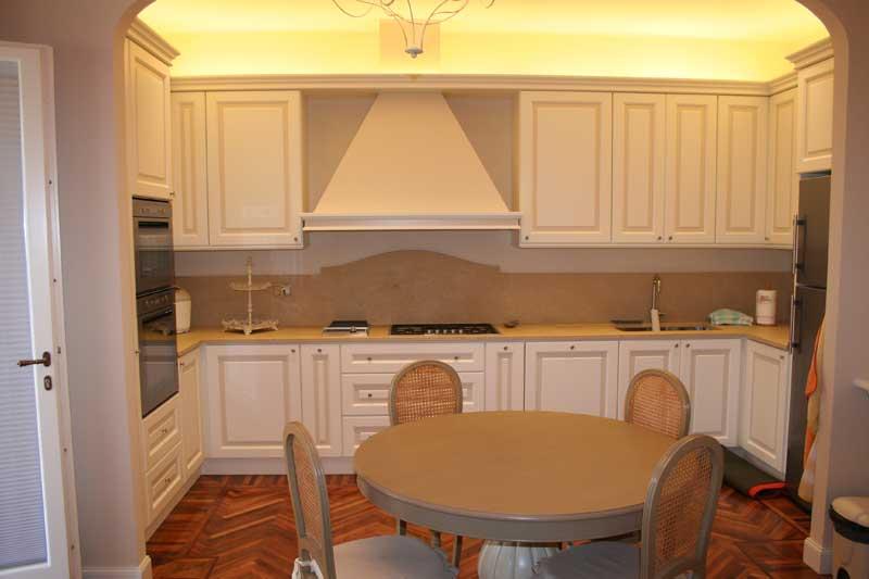 Cucina con verniciatura laccata con riquadri di colore diverso